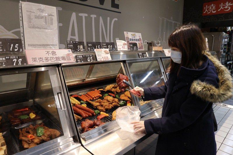 業者為減少消費者疑慮,不論是生鮮或是含有豬肉的食品都標示產地「台灣」或其他來源國,同時也特別標示「不含萊克多巴胺」,方便消費者識別。記者黃義書/攝影
