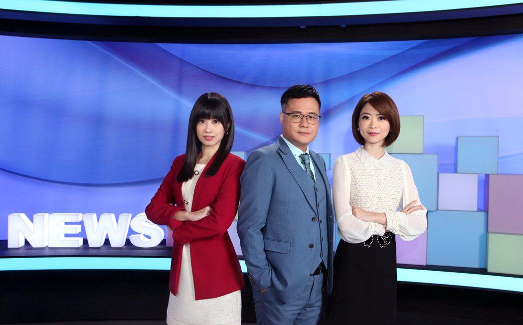 主播曹晏郡(左)、韓瑩(右)與「有話好說」主持人陳信聰(中)在全新新聞棚景期待上
