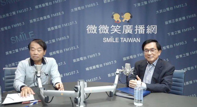 前總統陳水扁(右)今早擔任「微微笑全國廣播網」的廣播節目主持人,與廣播人石川(左)暢談自己的人生故事。圖/摘自「微微笑全國廣播網」臉書