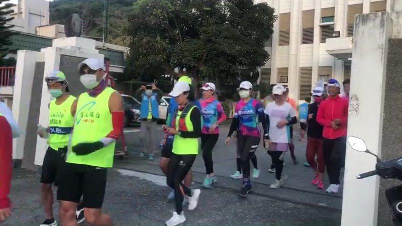 盲人環台公益路跑第9天,從台東大武警分局起跑。圖/警方提供