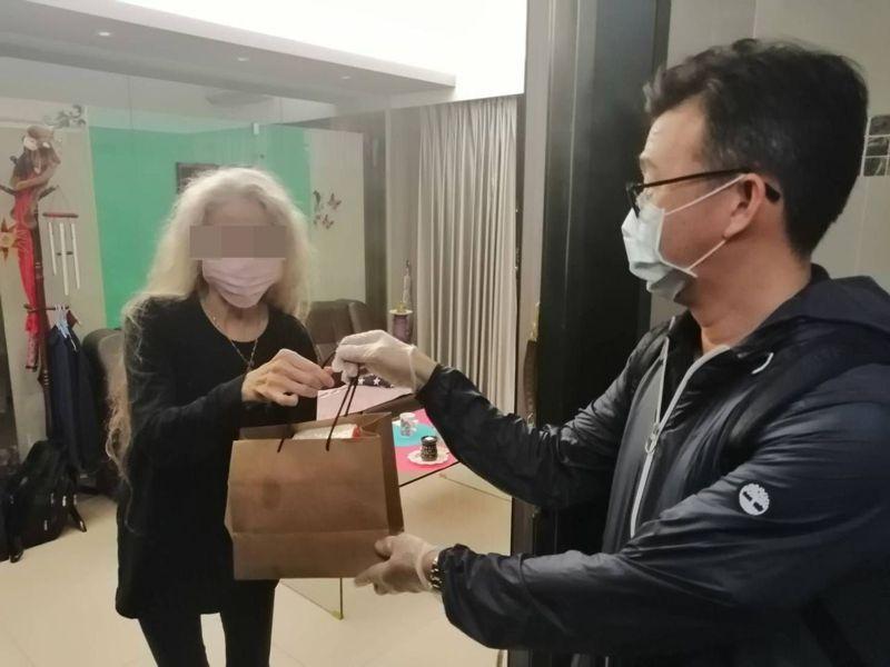 外籍人士居家檢疫期間的關懷訪視任務,由警察局外事科挑大梁。圖/高雄市警察局提供