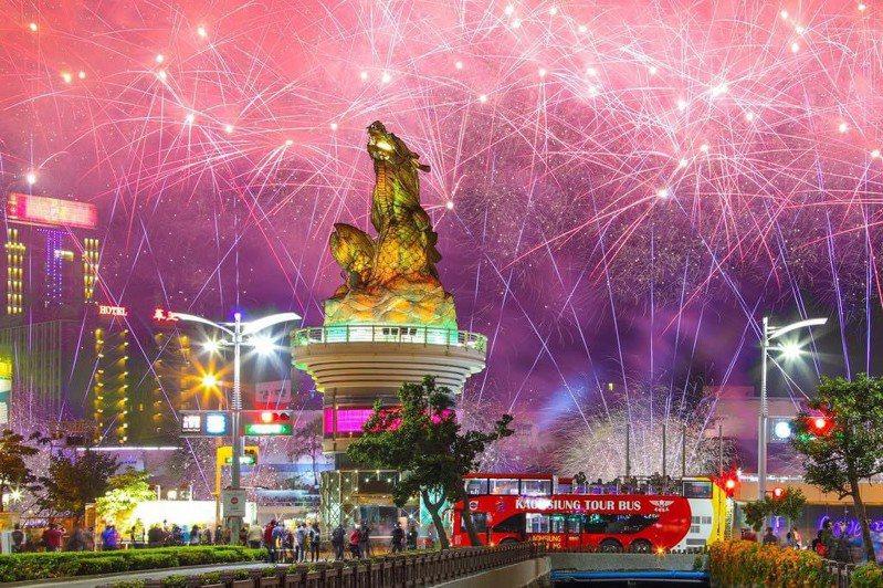 高雄跨百光年告一段落,副市長史哲開始思考2022年台灣燈會。他說,2001年燈會主燈「鰲躍龍翔」矗立在愛河滿20年了,也許明年應該再度讓它轉動。圖/翻攝自史哲臉書