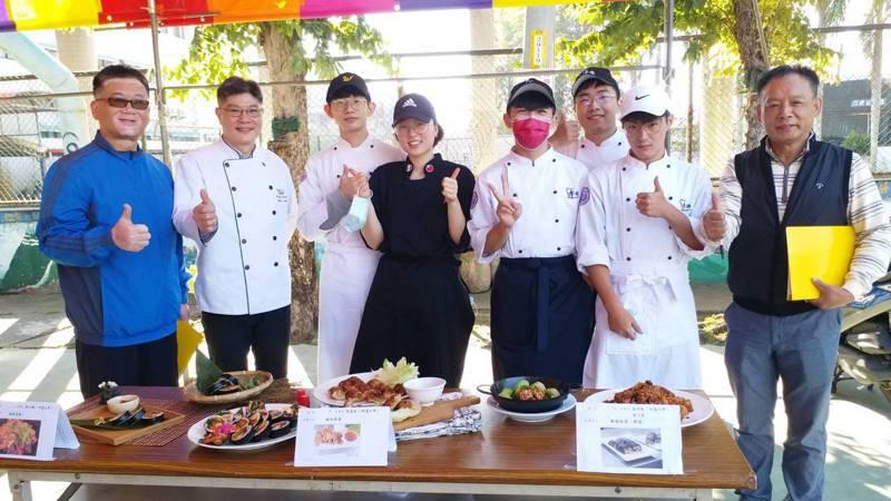 彰化縣新住民發展協會今天在員林市舉行「卦山神廚賽」,來自越南、印尼、泰國、韓國、中國等地的新住民朋友及外籍學生參賽,擺出各國美食料理,宛如異國嘉年華會。圖/明道大學提供