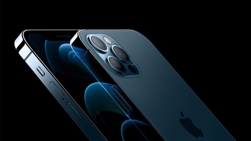 蘋果今年iPhone 13新機衝刺毫米波機種滲透率,找上緯創集團旗下網通廠啟碁提供新機毫米波天線,是台廠第一次供應攸關iPhone收訊品質關鍵的天線相關品項。圖為搭載毫米波的iPhone 12機種。(路透╱蘋果提供)
