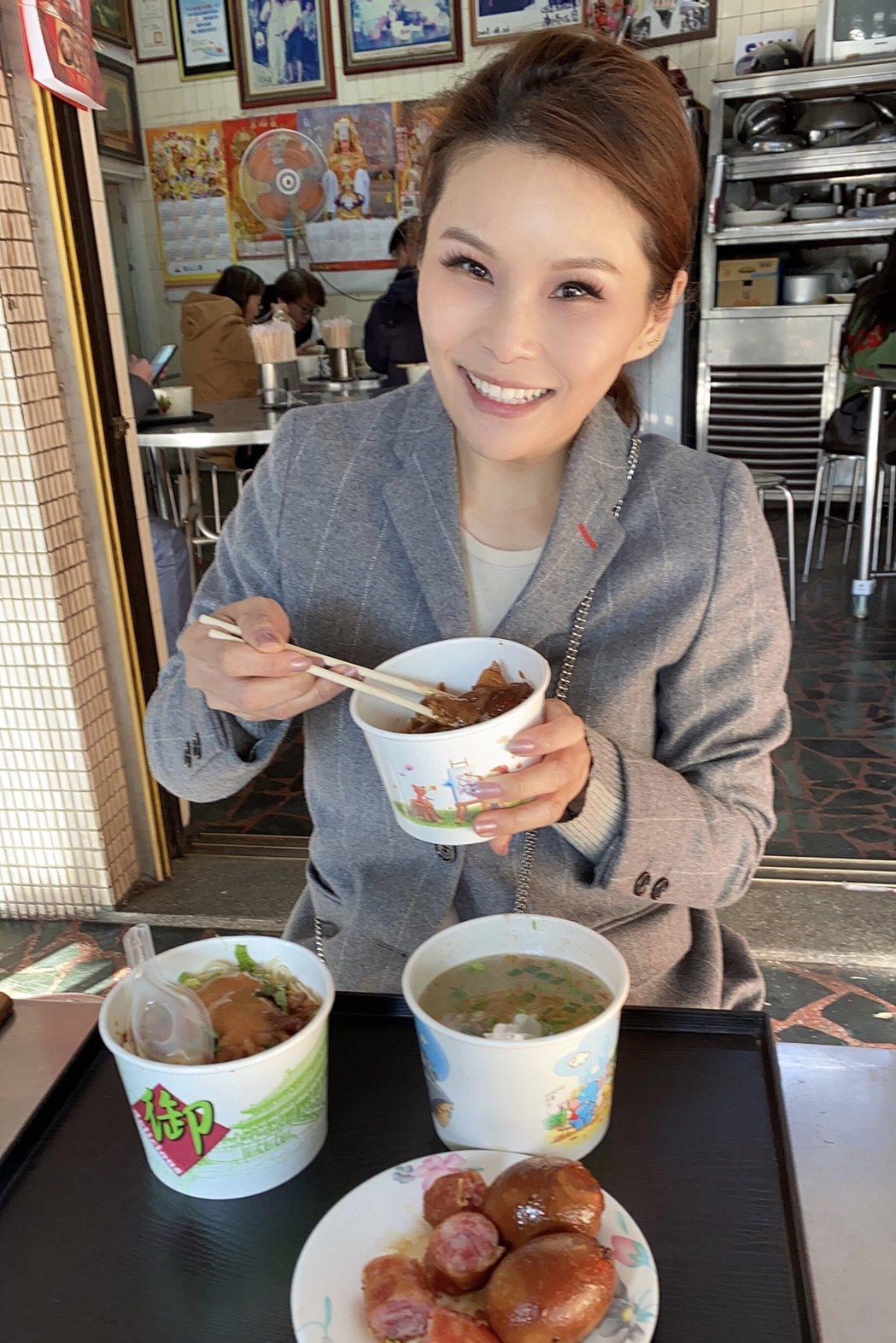 周蕙破戒大吃清水肉圓與米糕。圖/華研國際提供
