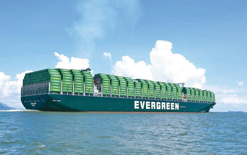 貨櫃運價、附加費續漲,帶動航商獲利好到今年上半年。圖為長榮海運大型貨櫃輪。(本報系資料庫)