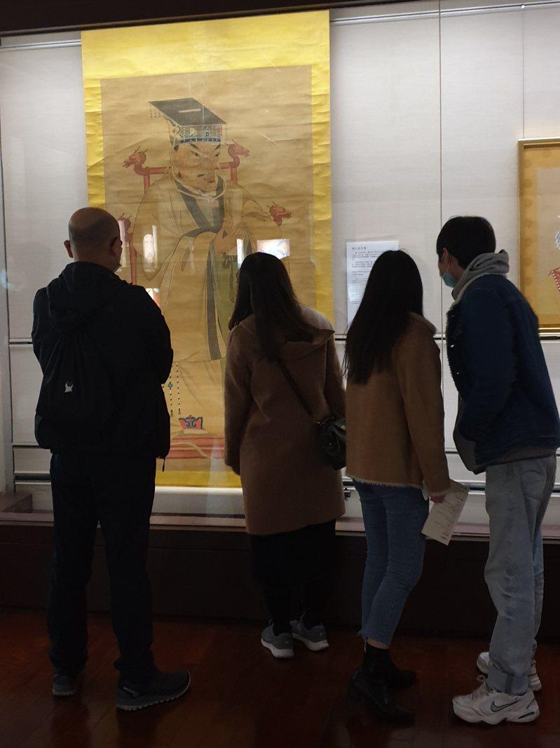 故宮收藏了十幅明太祖朱元璋長滿麻子、臉型奇特的「醜像」,在元旦剛開幕的大展「權力的形狀」首次展出,吸引大批好奇觀眾觀賞。記者陳宛茜/攝影