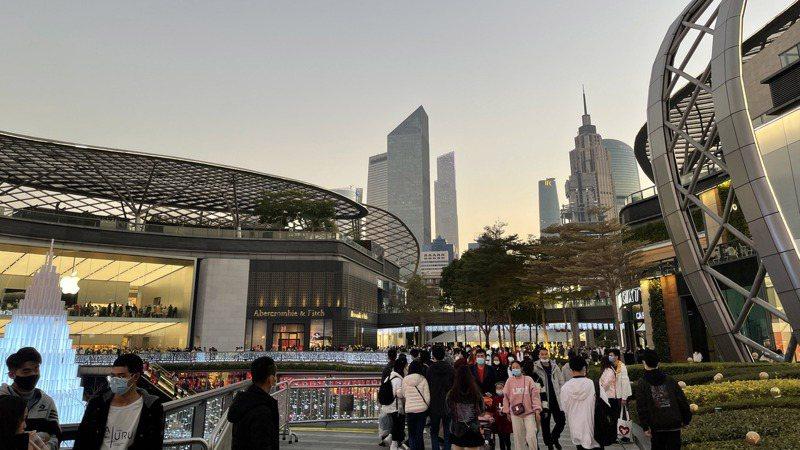 元旦假期,「千年商都」廣州再次出現往年熟悉的人潮湧動場面,多個購物中心萬頭攢動,天河路、北京路等商圈受到市民遊客的青睞。圖為天環購物中心。(中新社)