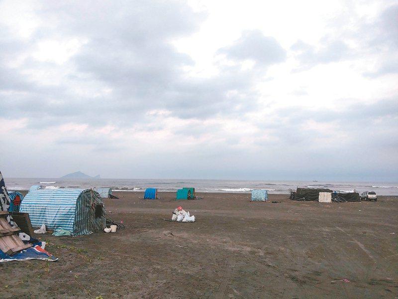 宜蘭五結、壯圍沿海秋冬會湧現鰻苗,吸引不少花東漁民前來淘金,今年苗價低落,仍有不少人在海邊試手氣。 記者張議晨/攝影