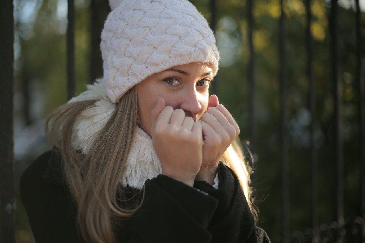 冬天太冷了,尤其在室外,人的感官都會變得遲鈍麻木。 圖/pexels