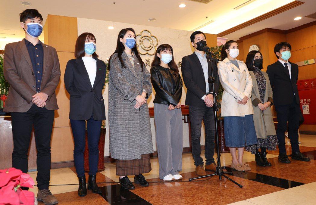 林昶佐、賴品妤等多位民代,去年12月在立法院舉行記者會,呼籲鳳山市選民力挺黃捷度過這次的罷免案。 圖/聯合報系資料照