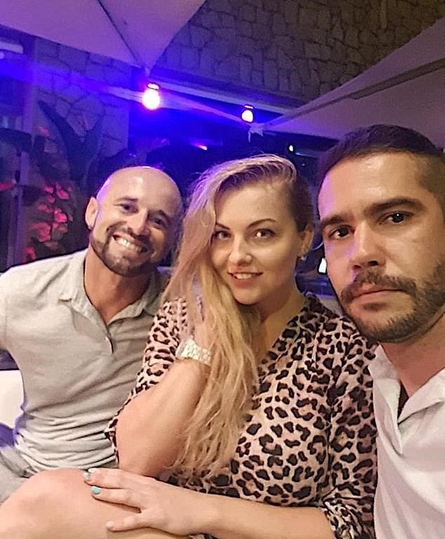 巴西一對莫逆之交去年同時愛上27歲女子,後來發展出「三人行」戀愛關係。 圖/取自dailymail