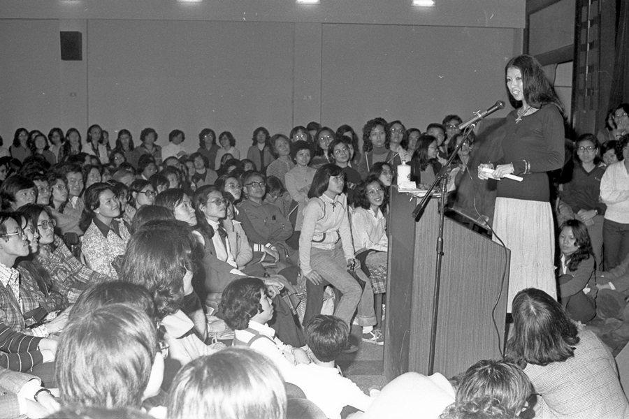 三毛談寫作生活,攝於1980年,耕莘文教院。 圖/聯合報系資料照