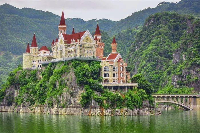 貴州興義萬峰湖吉隆堡酒店。圖擷自建築暢言網