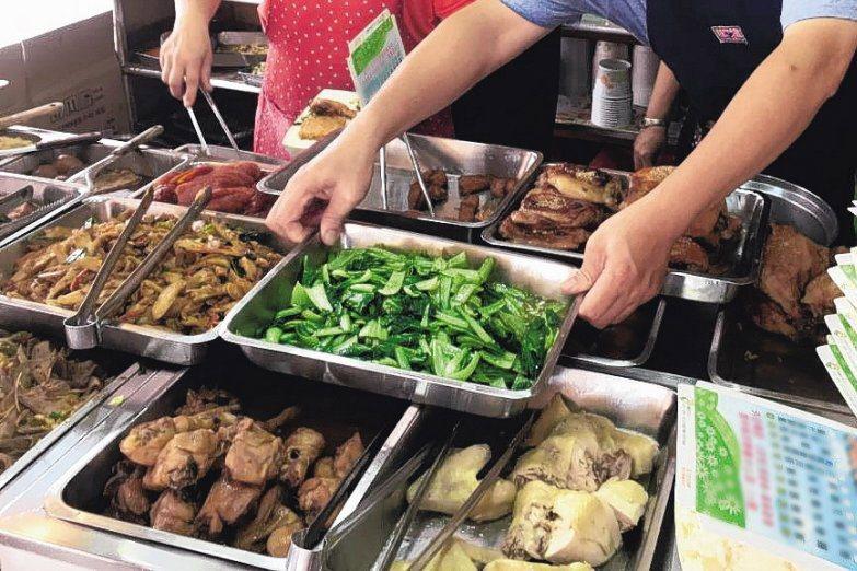 自助餐店提供多元菜色,深受外食族喜愛。示意圖/聯合報系資料照