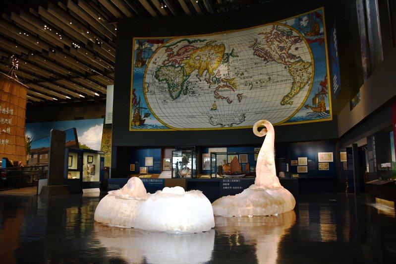 常設展的入口處特別邀請原住民當代藝術家魯碧司瓦那以藝術形式展現原住民傳說。(圖/國立臺灣歷史博物館 提供)