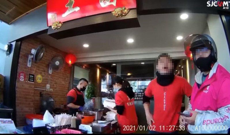 有民眾表示,嗆女外送員的年輕人(右二)就是老闆。圖翻攝自爆怨公社