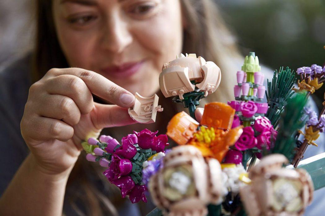 樂高的花束,能讓使用者發揮創造力。圖/摘自LEGO臉書粉絲團