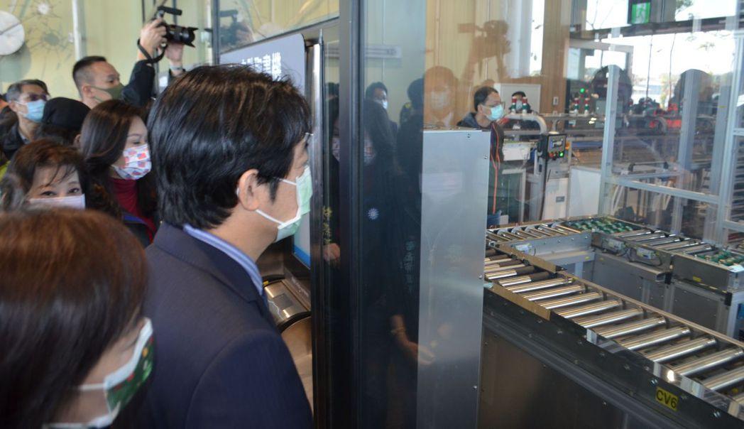賴副總統參觀自助取還書機。  陳慧明/攝影
