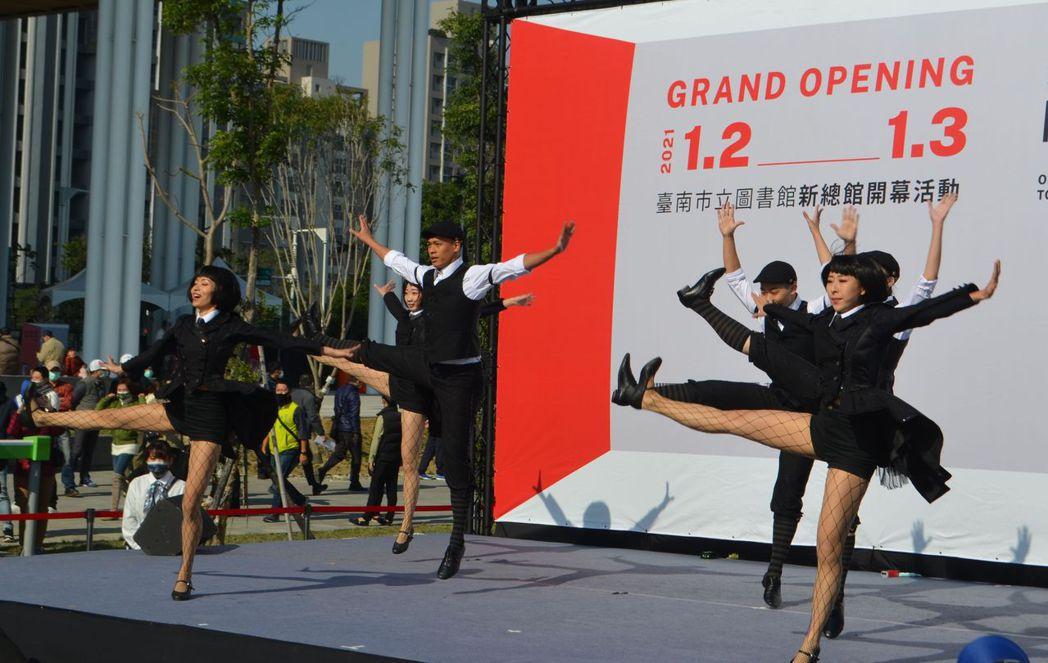 百老匯歌舞秀「美麗新世界」開場演出。  陳慧明/攝影