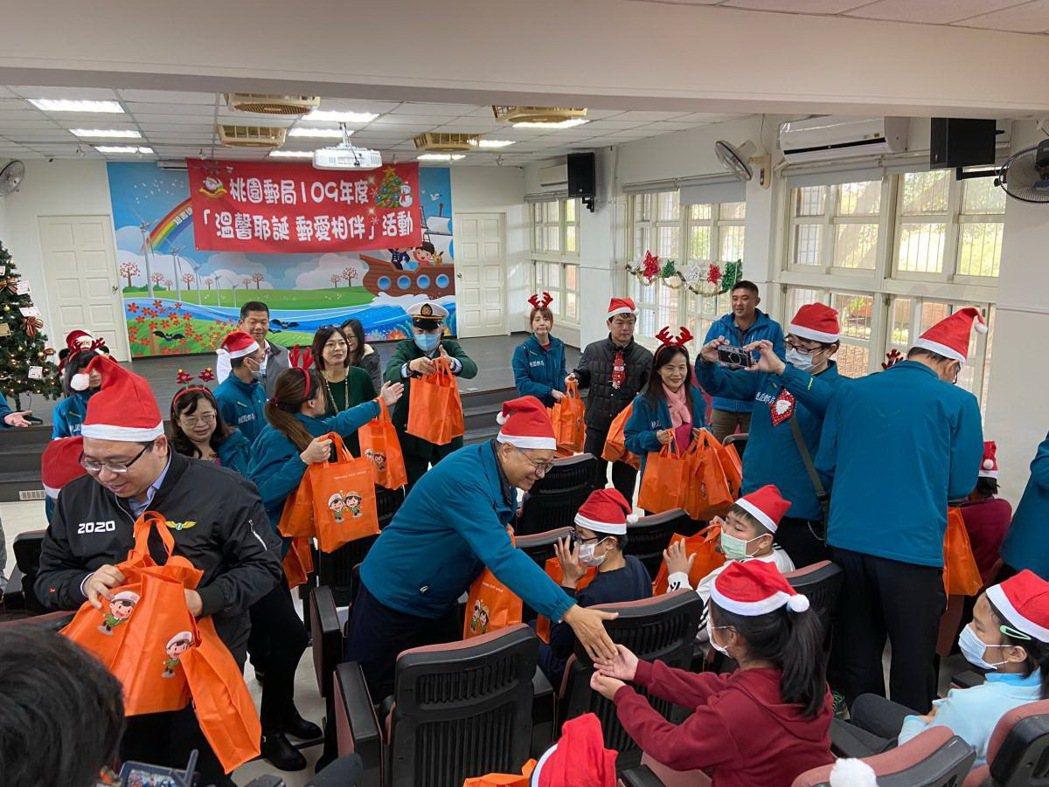 桃園郵局舉行公益耶誕郵愛相伴活動。 中華郵政/提供