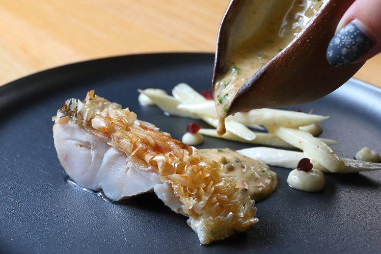 選用當令馬頭魚料理而成的「山海魚筊」。記者陳睿中/攝影