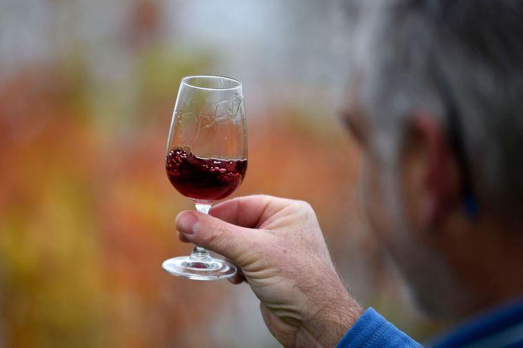 專家呼籲,接種新冠疫苗前後避免喝酒。法新社