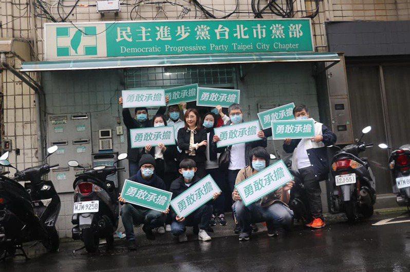 台北市前市議員顏聖冠(中間黑衣者)登記參選民進黨北市主委。圖/取自顏聖冠臉書