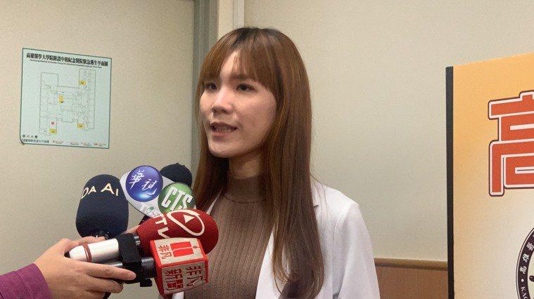 高醫泌尿部醫師陳妤甄表示,這名86歲的女性罹患失智症,長期臥床並放置尿管和鼻胃管...