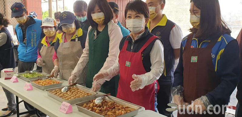 台中市長盧秀燕今天到台中市關懷據點,關心長輩用餐情形。記者游振昇/攝影