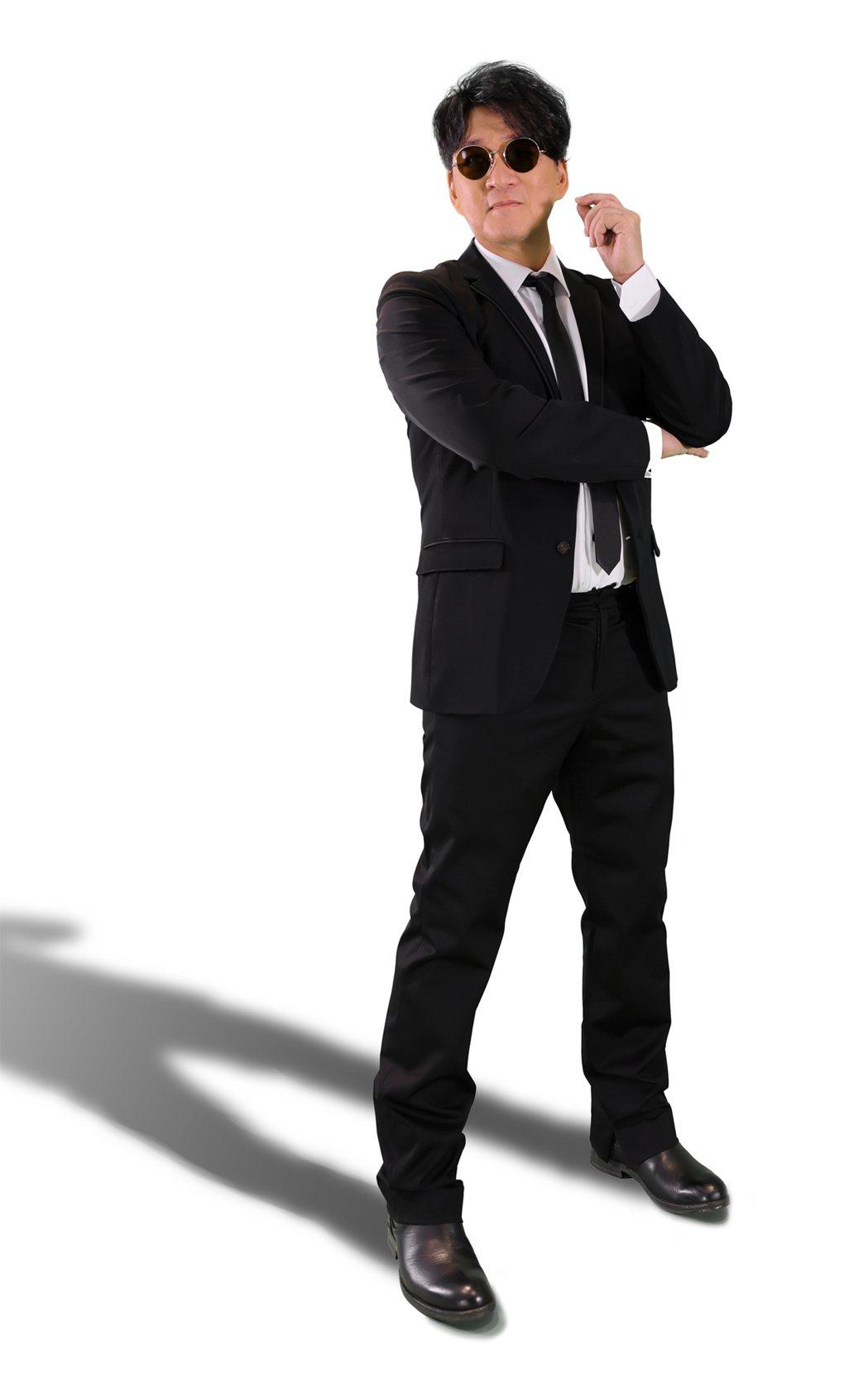 周華健以「MIB星際戰警」西裝造型在五月天演唱會上造勢。圖/滾石唱片提供