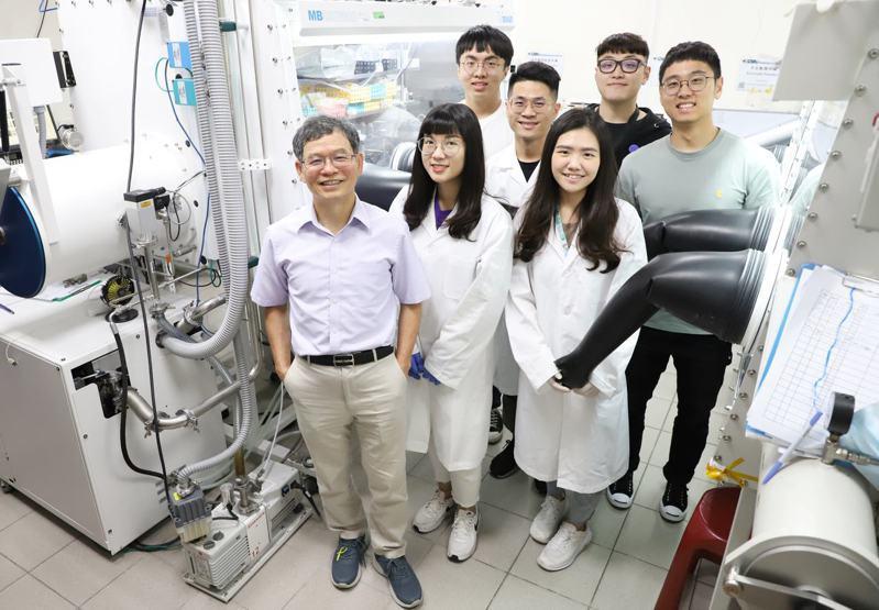 台科大化工系教授黃炳照(前排左一)獲德國「宏博研究獎」。圖/台灣科技大學提供