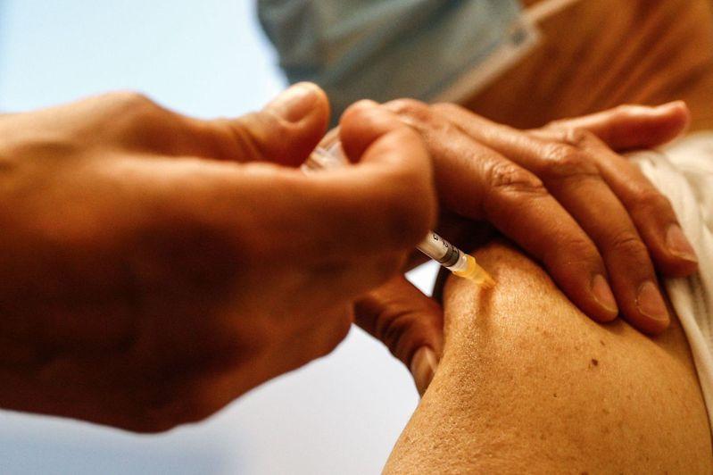 專家指出,新冠疫苗恐對最先在南非現蹤的變種病毒無效。法新社