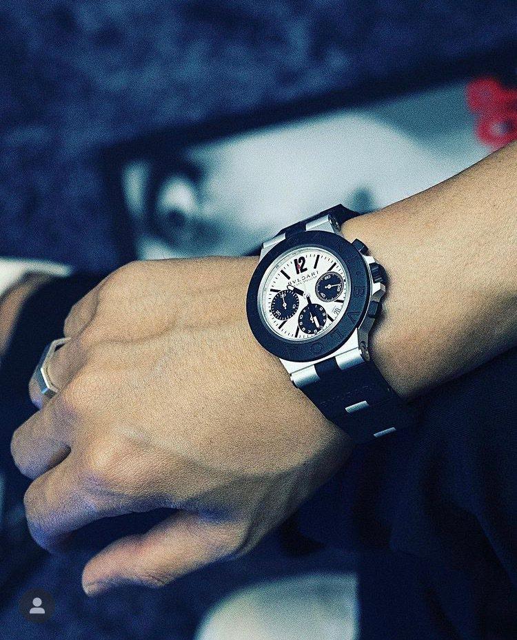 韓國當紅饒舌歌手Gray,在IG發布配戴寶格麗Aluminium腕表的照片。圖/...