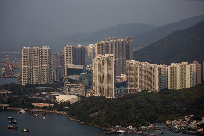 香港民間團體「本土研究社」指出,過去十年,建商建造了8500多間不超過7坪大的「奈米宅」,拉低民眾的生活水準。(歐新社)
