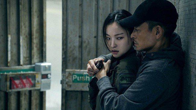 倪妮(左)在「拆彈專家2」與劉德華等港星對戲,角色設計不會太過違和。圖/華映提供