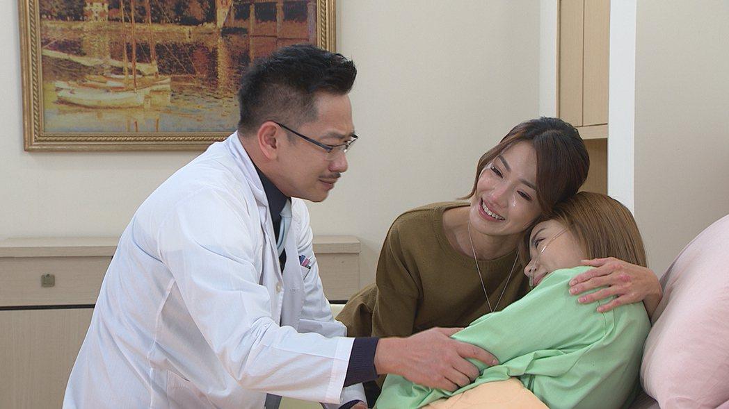 江俊翰(左起)、黃瑄、王瞳一家人相認場面催淚。圖/民視提供