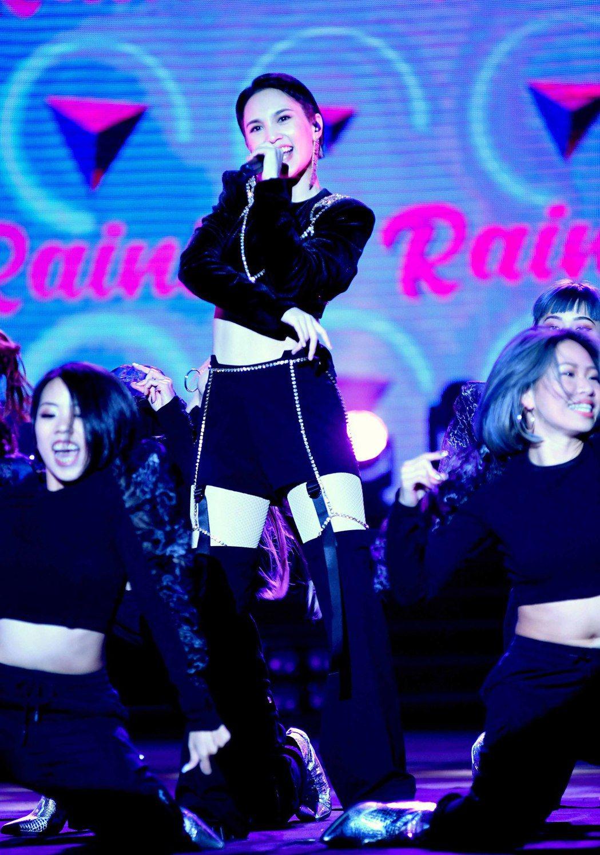 楊丞琳是「2021紫耀義大 享樂拾光跨年晚會」收視最高點。圖/華視提供