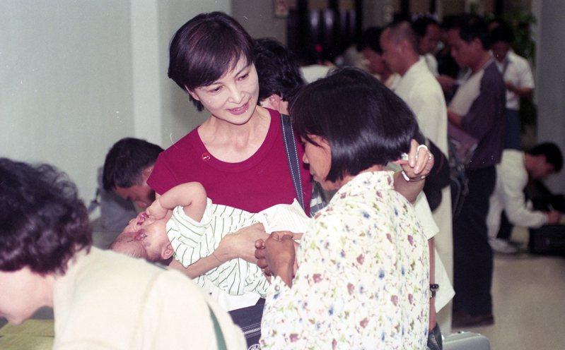越南阿福於1998年來台,由愛心大使陳淑麗(中)赴越南接他和和媽媽(圖右)至林口長庚醫院手術。  圖/本報資料照片