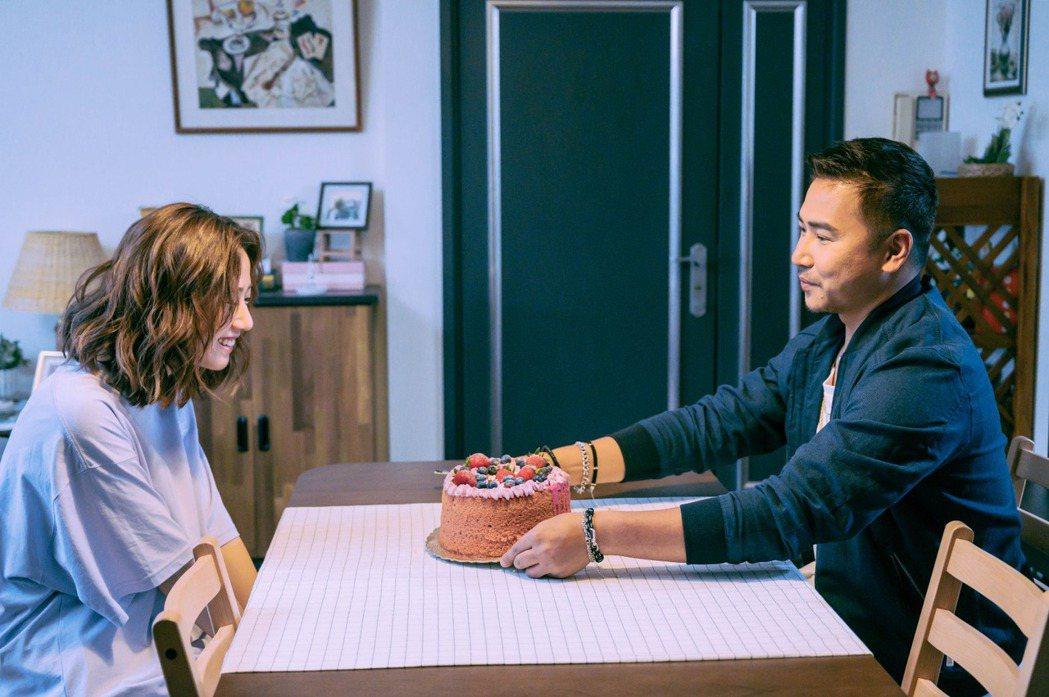歐漢聲(右)在「粉紅色時光」中飾演方志友前夫。圖/TVBS提供
