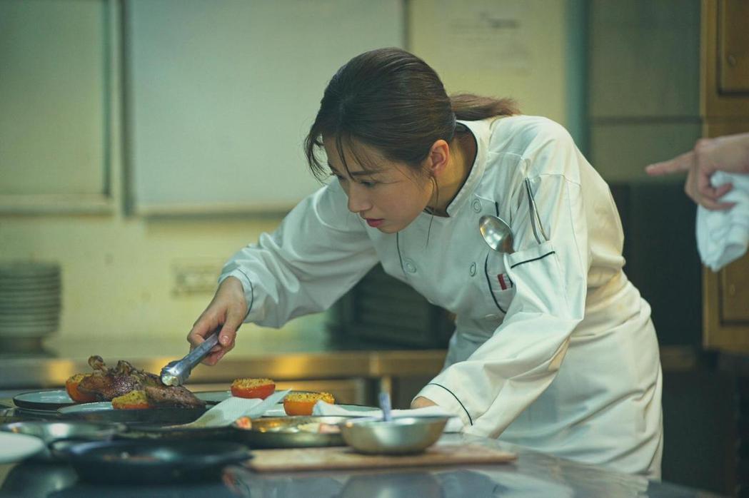 方志友特意練習用右手下廚。圖/TVBS提供