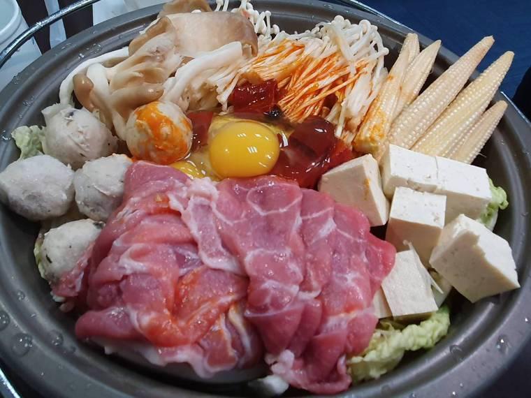 在家煮鍋,應避免吃磷酸鹽過高的火鍋料。記者楊雅棠/攝影