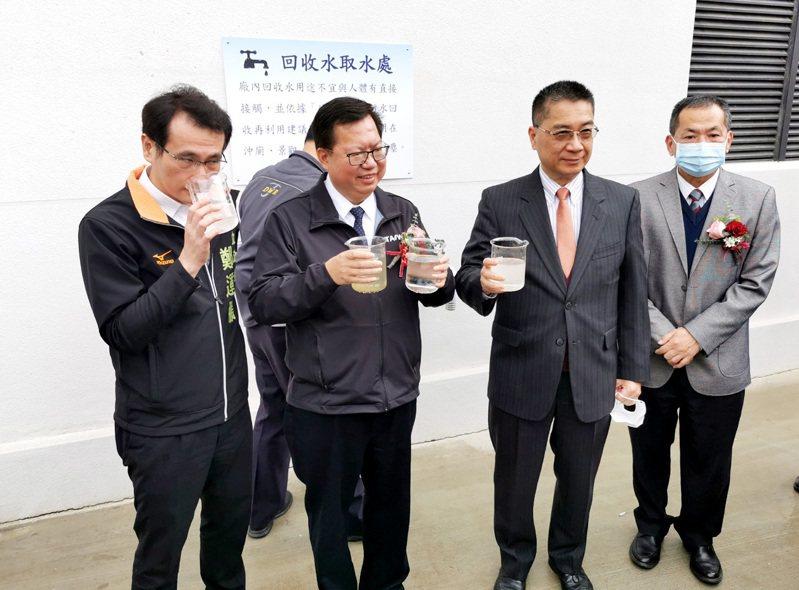內政部長徐國勇(右二)桃園市長鄭文燦(左二)比較文青水資源中心處理前、後的水顏色、味道。記者曾增勳/攝影