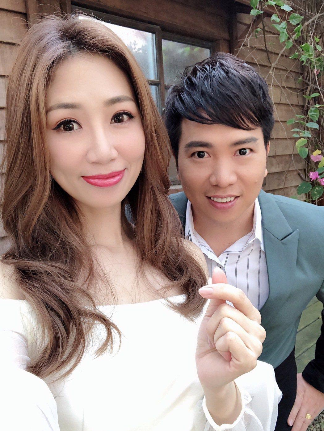 向蕙玲(左)揪師弟劉信明對唱新歌「深情戀夢」。圖/豪記唱片提供