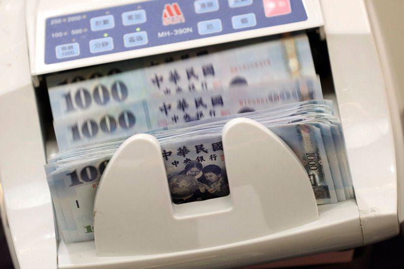 今年元月壽險業利變保單宣告利率全數出爐,主要壽險公司中有六家宣布共計調整38張保單利率。(路透)