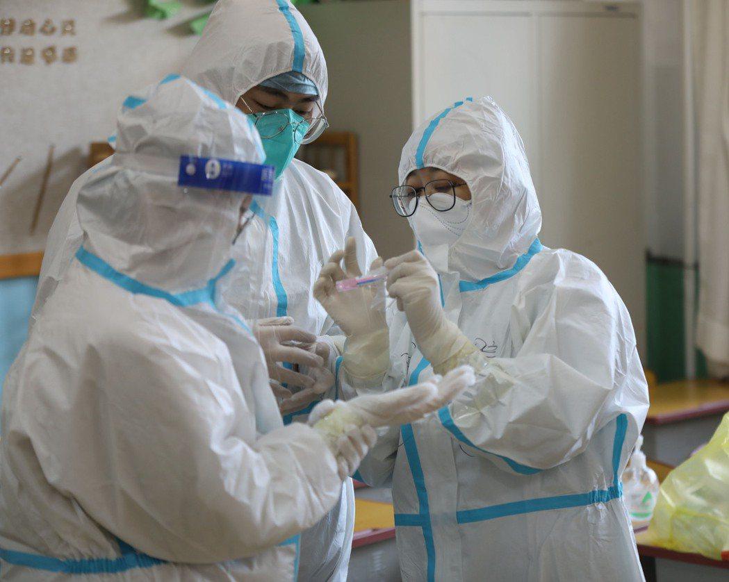 中美之間關於新冠肺炎來源的口水戰仍持續。圖為大陸瀋陽皇姑區黃河街道北行社區檢測點...