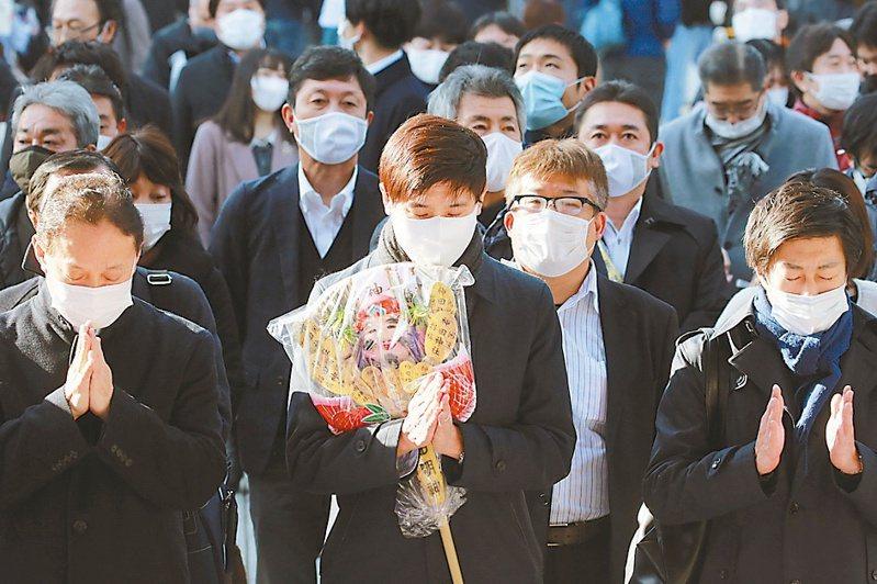 日本新增確診4915例和76人死亡,雙創新高。 美聯社