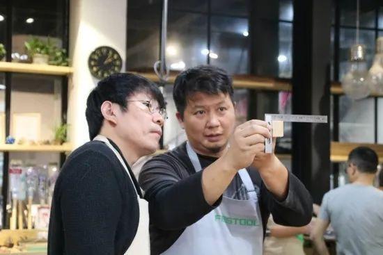 黃上智在上海閔行區麥可將文創園成立「木忘初心」魯班學堂,圖為黃上智指導學員認識木頭紋理。圖/本報上海傳真