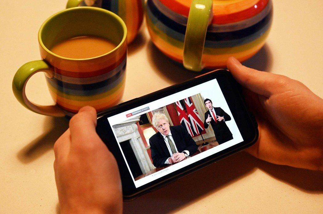 在電視直播的首相強生,表情嚴肅地宣布英格蘭地區將於翌日清晨開始,重新進入「全境封...