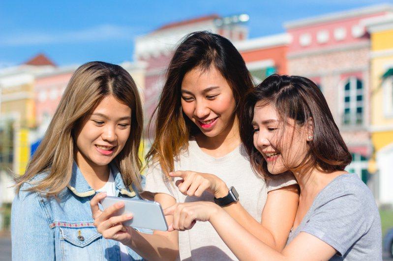 一名網友認為台語在國外非常好用,就連大陸閩南地區的台語也跟台灣的使用習慣不太一樣,但就有其他人認為在國外當眾講方言等於講壞話,相當不禮貌。示意圖/ingimage